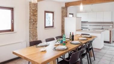 Eetkamer en open keuken begane grond