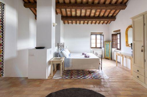 Master bedroom met 2-persoonsbed en en-suite badkamer