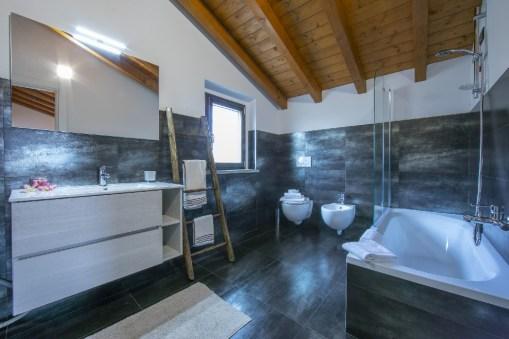 En-suite badkamer met bad