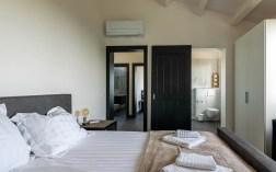 Slaapkamer 2 met 2-persoonsbed en en-suite badkamer
