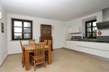 Grote woonkeuken met volledig uitgerust keukenblok