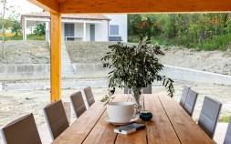 Groot overdekt terras met zicht op het zwembad en de tuin huis Sole