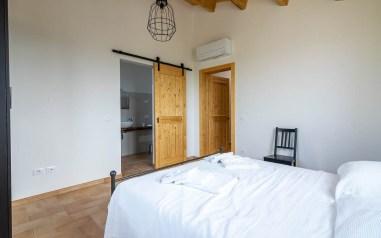 Slaapkamer 3 met 2-persoonsbed en en-suite badkamer huis 1