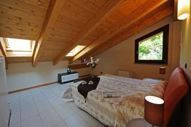 Slaapkamer met 2-persoonsbed op de bovenverdieping