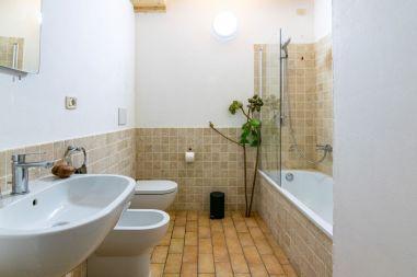 Badkamer met bad/douche appartement 1