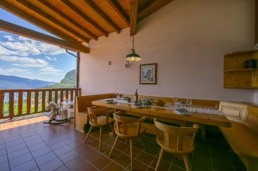 Groot overdekt prive-terras met uitzicht op het Gardameer en de bergen