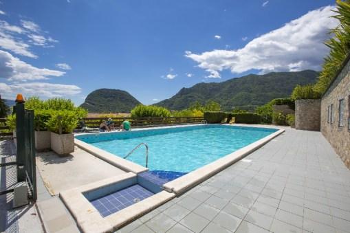 Groot zwembad met zonneterras