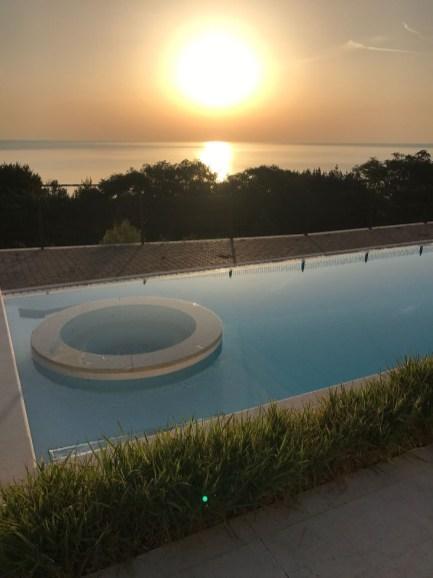 Het prive-zwembad met hydromassage en uitzicht op zee