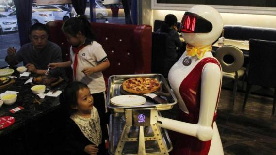 Risultati immagini per robot in ristorante