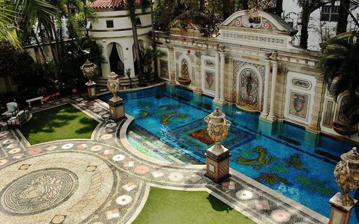 UPDATE Gianni Versaces World Famous Versace Mansion on Auction  Italia Living