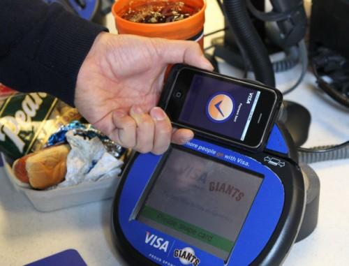 iPhoneVISA 001 500x381 Con iPhone 5 si potrà pagare la spesa e caricare tutti i nostri dati su un comune Mac tramite chip NFC