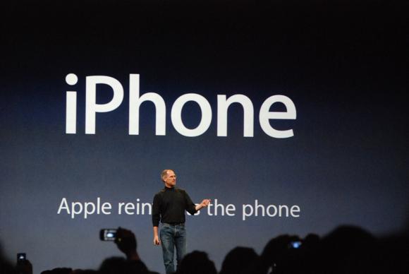 Steve Jobs presents iPhone Sondaggio: quando verrà lanciato il nuovo iPhone 5?
