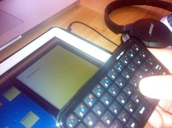 minibluetoothkeyboard write 580x433 Mini Bluetooth Keyboard per iPhone e iPad