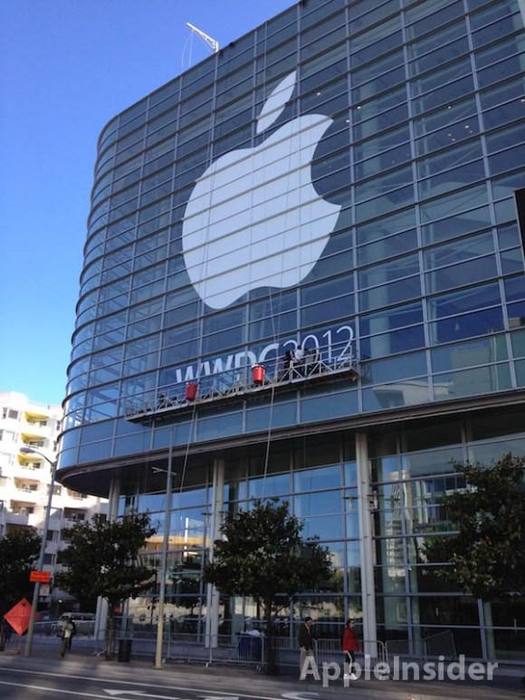 wwdc 120608 580x773 WWDC, affisso il logo Apple allesterno del Moscone Center