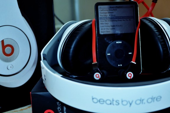 Beats with iPod Tim Cook e Eddy Cue incontrano il CEO di Beats per progetti di musica in streaming