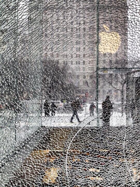 newyork apple store shattered glass Il cubo di cristallo dellApple Store di New York colpito e danneggiato da uno spazzaneve (Galleria)