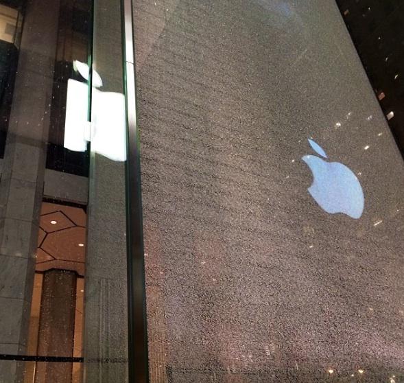 newyork applestore rotto Il cubo di cristallo dellApple Store di New York colpito e danneggiato da uno spazzaneve (Galleria)