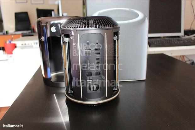 Apple MacPro Black Italiamac 008 620x413 Abbiamo provato il nuovo Mac Pro, il gioiello nero di Apple. Impressioni e galleria fotografica.