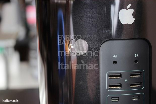 Apple MacPro Black Italiamac 010 620x413 Abbiamo provato il nuovo Mac Pro, il gioiello nero di Apple. Impressioni e galleria fotografica.