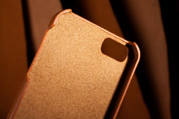iPhone 5s Wallet Case Tan Lifestyle 502 620x413 Una cover e un portafoglio in un unica soluzione con Mujjo