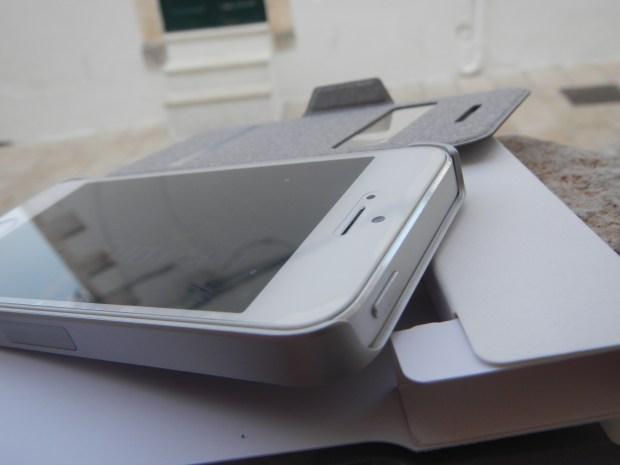 SenseCoverMOSHI15 620x465 Mobile Fun: Custodia SenseCover Moshi per iPhone 5s / 5 Brushed Titanium