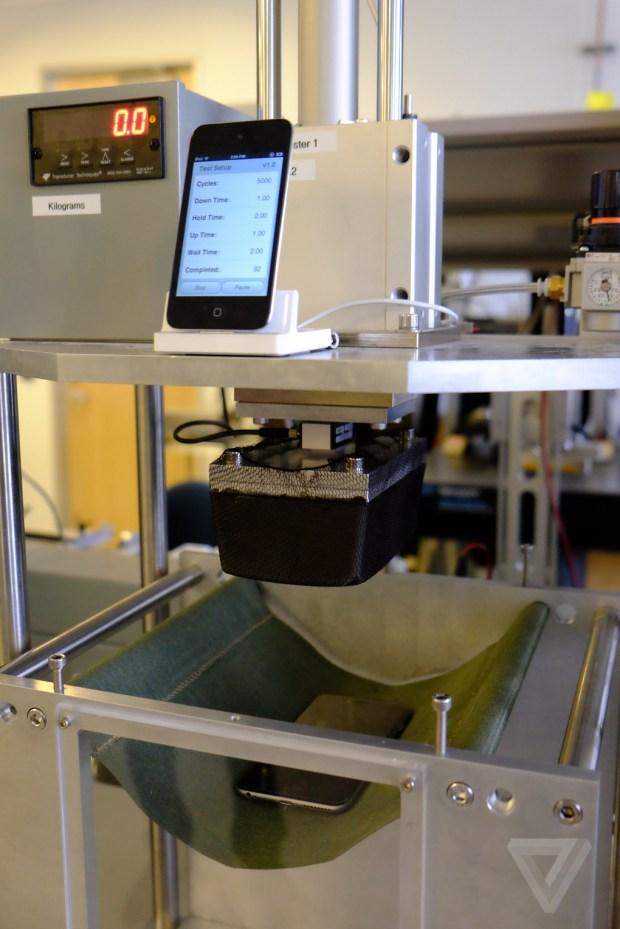 appletest 620x929 [Video] Apple spiega come vengono eseguiti i test di resistenza e piegatura per iPhone 6 Plus