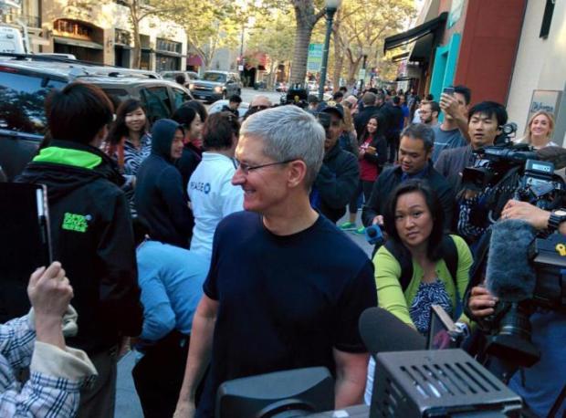dayone 620x458 Il CEO di Apple, Tim Cook, insieme a Angela Ahrendts, nuovo SVP di vendita al dettaglio e dello Store online, hanno visitato l'Apple Store di Palo Alto