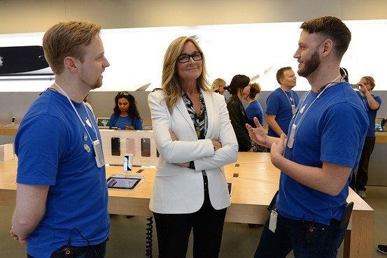 dayone1 Il CEO di Apple, Tim Cook, insieme a Angela Ahrendts, nuovo SVP di vendita al dettaglio e dello Store online, hanno visitato l'Apple Store di Palo Alto