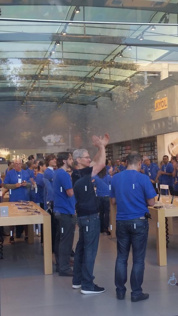 dayone3 Il CEO di Apple, Tim Cook, insieme a Angela Ahrendts, nuovo SVP di vendita al dettaglio e dello Store online, hanno visitato l'Apple Store di Palo Alto