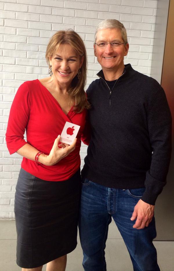 Tim CookRED Tim Cook visita lApple Store di Washington insieme alla CEO di (RED) Deborah Dugan