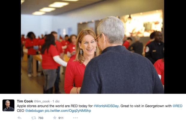 timcookRED 620x412 Tim Cook visita lApple Store di Washington insieme alla CEO di (RED) Deborah Dugan