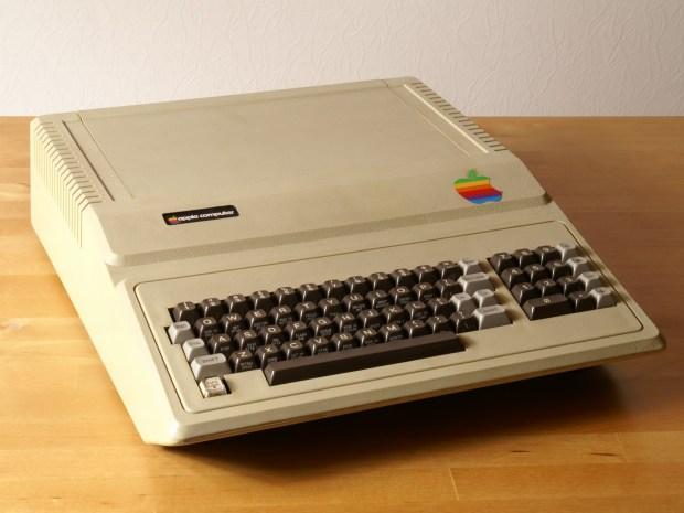AppleII 620x465 Apple: come è nato il logo con la mela morsicata?