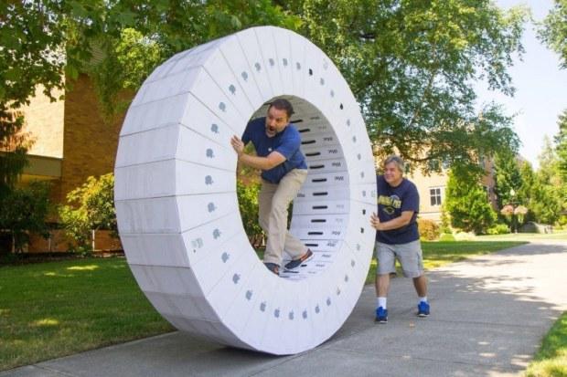 9jxhlry 780x520 620x413 36 scatole vuote di iMac trasformate in una ruota umana per criceti