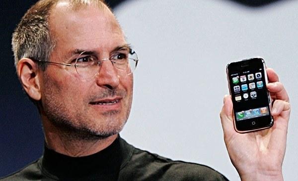 steve jobs iphone main Il significato della lettera i di iPhone ed altri prodotti Apple