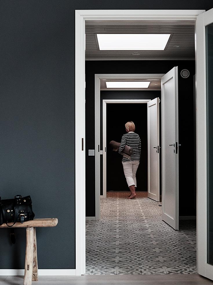 finnish home interior, finland home decor, wall gallery, black wall decor, black hallway, pittura pareti corridoio, corridoio scuro, pareti corridoio nere