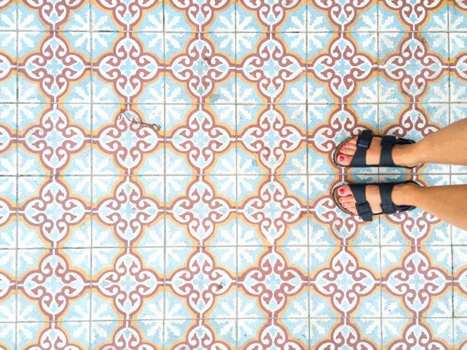reasons to visit malaysia, malaysia tour, viaggio malesia, tiles pattern feet