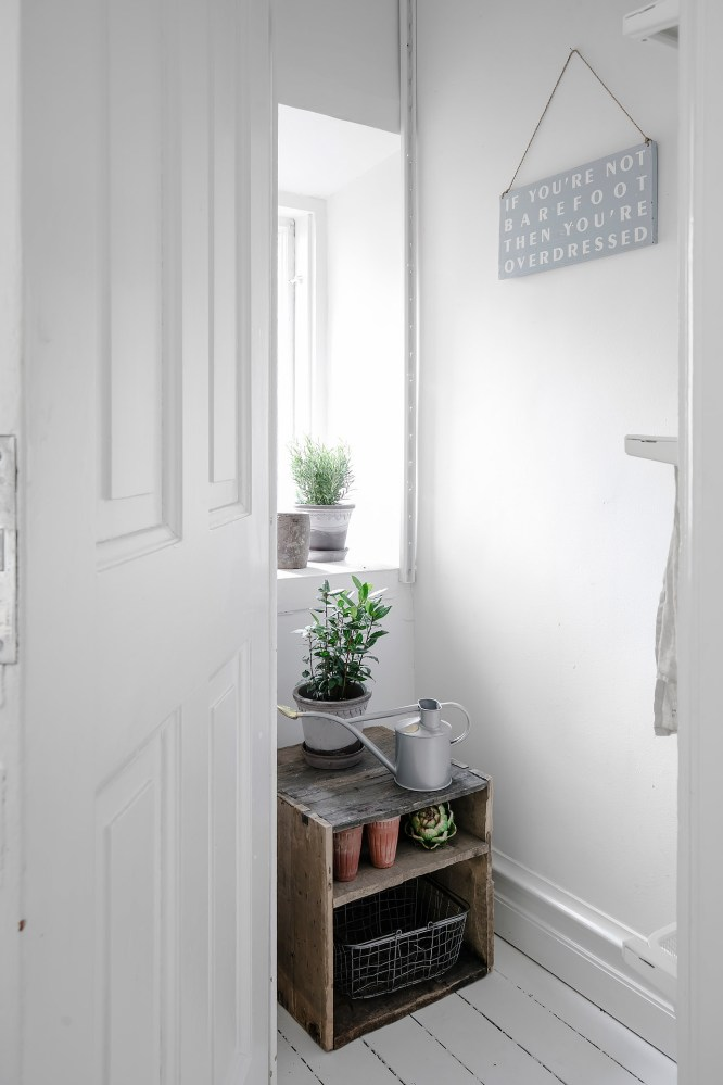 total-white-small-apartment-sweden-italianbark-interiordesignblog (1)