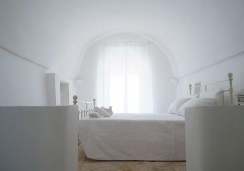 ITALIAN INTERIORS | A total white design trullo with original vintage details