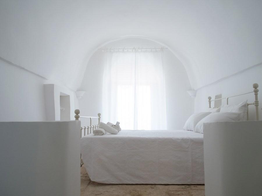 ITALIAN INTERIORS   A design trullo in Puglia in total white