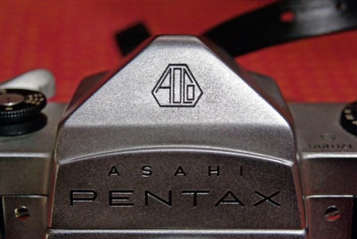 Il logo Asahi Optical Corporation e il Marchio Pentax sul modello S