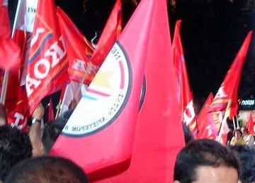 Manifestazione di SYRIZA nel 2007: bandiere di alcuni dei partiti che compongono la coalizione (Synaspismos, AKOA, DIKKI e Kokkino). Commons.wikimedia.org/wiki/File:SYRIZA_flags_2007.jpg. Autore: Michalis Famelis