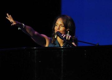 Foto di Walmart. [Alicia Keys al Walmart Shareholders Meeting nel 2011]. Attraverso Wikipedia Commons