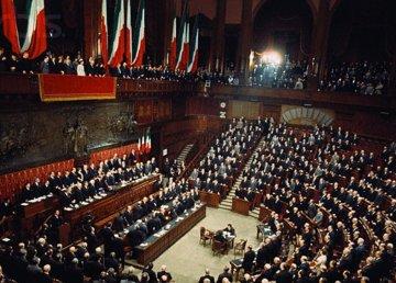 Veduta del Parlamento italiano in seduta. Immagine di pubblico dominio.