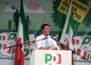 Matteo Renzi tiene un comizio nella festa dell'Unità di Bosco Albergati in sostegno alla sua candidatura come segretario del PD (CC BY-SA 4.0)