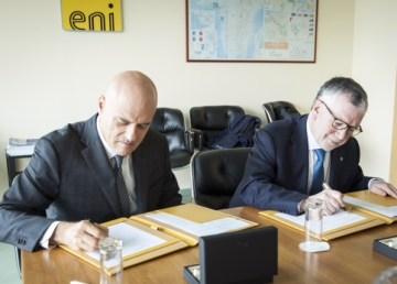 Il momento della firma: l'amministratore delegato di Eni Claudio Descalzi e il presidente del Cnr Massimo Inguscio