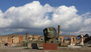 Un'opera di Igor Mitoraj a Pompei, per una mostra itinerante che si inaugura il 14 maggio fra le rovine del sito archeologico campano. ANSA/UFFICIO STAMPA +++ ANSA PROVIDES ACCESS TO THIS HANDOUT PHOTO TO BE USED SOLELY TO ILLUSTRATE NEWS REPORTING OR COMMENTARY ON THE FACTS OR EVENTS DEPICTED IN THIS IMAGE; NO ARCHIVING; NO LICENSING +++