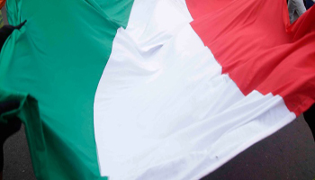 Istat: L'Italia è sempre più vecchia, sogna un lavoro, si muove in macchina e pranza a casa