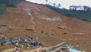 epa06144793 Residents view damage caused by a mudslide in the suburb of Regent behind Guma reservoir, Freetown, Sierra Leone, 14 August 2017. According to news reports citing Sierra Leone's Vice President Victor Bockarie Foh, hundreds are feared dead with thousands displaced after a mudslide in heavy rains occured near Freetown. EPA/ERNEST HENRY