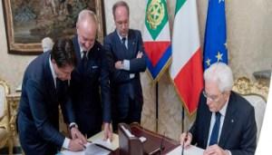 2018-05-31 - Giuseppe Conte e Sergio Mattarella firmano la nomina del Capo del Governo e dei Ministri - 21225326268-948cc6ba-ae5a-42b9-bedf-5f97c94c4d5e - www-repubblica-it - 350X200