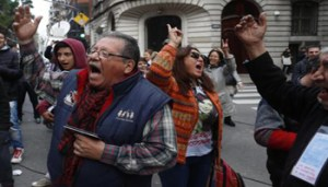 epa06967024 A group of citizens protest against the Argentine Federal Police raid at the house of the ex-president and senator Cristina Fernandez de Kirchner, in Buenos Aires, Argentina, 23 August 2018. The Federal Police of Argentina (PFA) raided the apartment of the former president by order of a judge in conjunction to a case in which she is being investigated for allegedly receiving millions in bribes from businessmen. EPA/David Fernandez